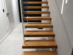 Schody półkowe z naturalnego drewna